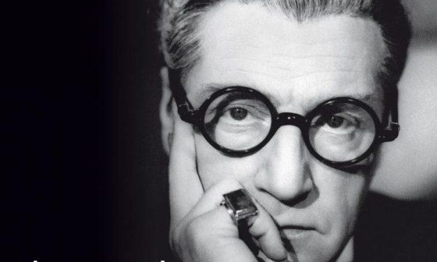 """""""Le Monde selon Sacha Guitry"""" de Christophe Barbier: le parti pris d'en rire"""
