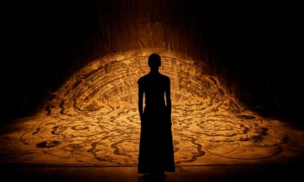 """""""aSH"""" d'Aurélien Bory et Shantala Shivalingappa : un spectacle captivant et un appel à la résilience"""