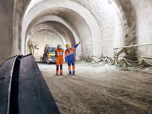 """René Bolliger, Leiter Untertagebau DACH bei BASF unterstützte Nicole Kölbener, Bauführerin bei Marti Tunnelbau beim Bau des """"Tunnel de Champel"""" in Genf, Schweiz. Dank MasterEase konnte Marti Tunnelbau seine Wirtschaftlichkeit um 5% steigern. / Ren"""