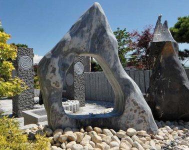 Přírodní okrasné kameny do zahrady neodmyslitelně patří. Umí zcela změnit její ráz a dát ji punc luxusu, ale současně i přírodní nádech.