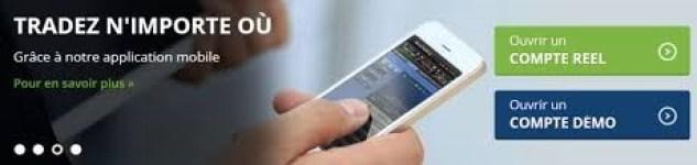 un homme trade en ligne sur l'application mobile d'Avatrade