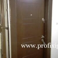 barna fém bejárati ajtó