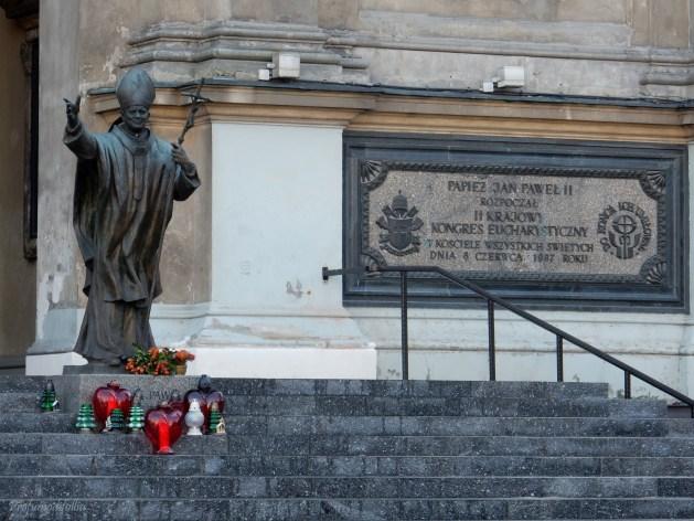 Bellissima statua di Papa Giovanni Paolo II che pareva dirmi ma vedi d'annattene, va'