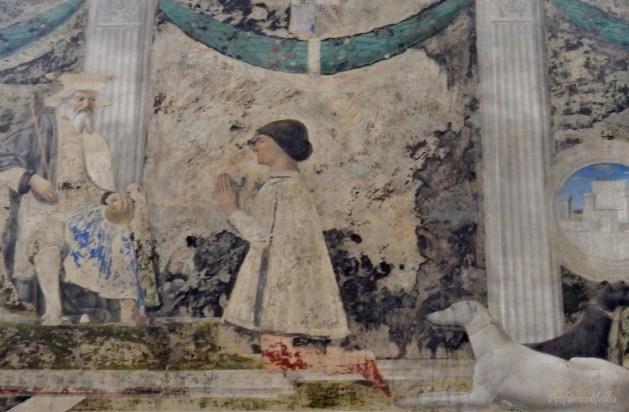 Sigismondo inginocchiato di fronte a San Sigismondo