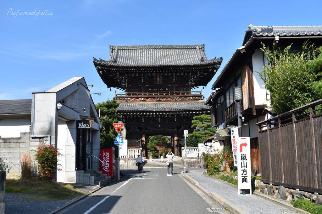 Visita ad Arashiyama: ingresso al tempio Seiryo-ji visto dalla strada