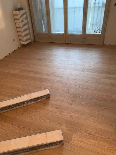 Un legno prefinito incolato su un pavimento esistente