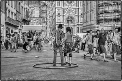 Coppia di giovani giocolieri intrattengono i turisiti in piazza San Giovanni.