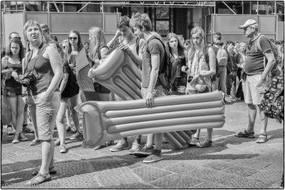 Un gruppo di turisti organizzati nella la lunga coda per entrare in Duomo.