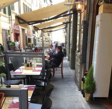 """In borgo San Lorenzo interi tratti di marciapiede vengono """"sequestrati"""" dagli avventori nei dehors."""