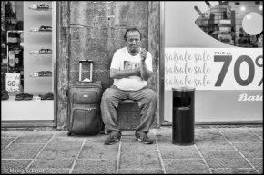 Mario, vive in strada e per sbarcare il lunario fa mille lavoretti tra il mercato di San Lorenzo e largo Alinari, dove ha sede il suo ufficio.