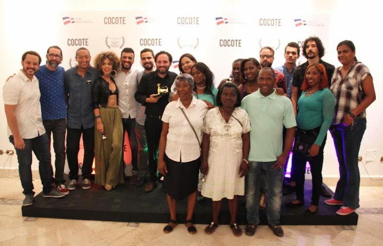 El equipo técnico y actoral de Cocote celebrando el Leopardo de Oro ganado en el Festival de Locarno.