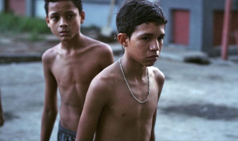 Pedro (Reggie Reyes) y uno de sus amigos en el barrio de Caracas donde vive.