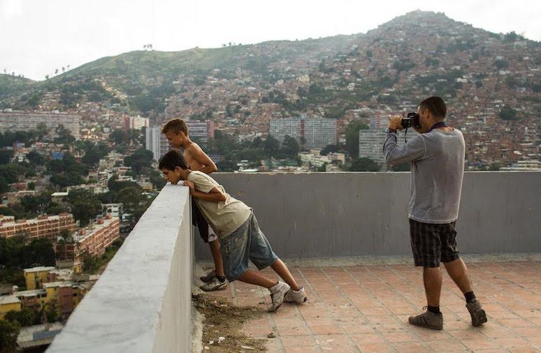 Rodaje de La familia, de Gustavo Rondón Córdova, en la azotea de un edificio de Caracas.