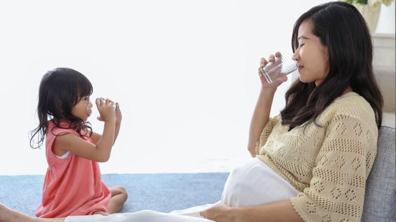 Grossesse, allaitement, alimentation du bébé : quelle eau privilégier ?