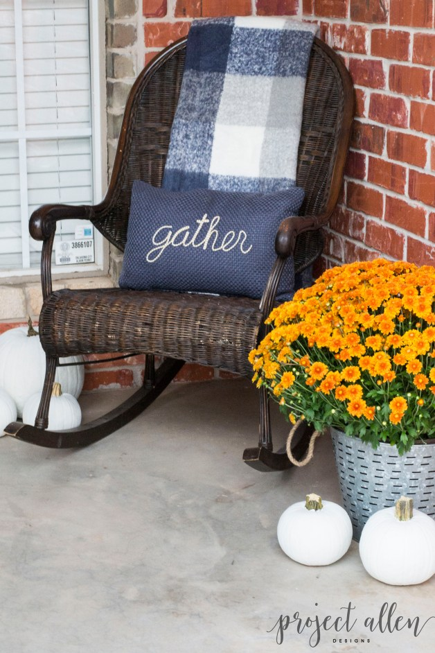Create Fall Front Porch Envy with these tips and tricks to help you transition into Fall.| Fall Decorating Ideas | Decorating on a budget #Falldecorideas #Fallfrontporch