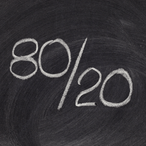 Papan tulis dengan menorehkan 80/20 di atasnya