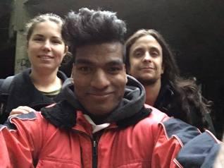 Blogster Suzanne, fotowolf Kristof en videowolf Sandyp aan het spookhotel.