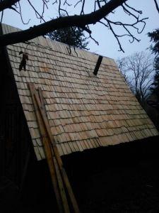 Holzschindeln auf dem Dach mit Schornstein