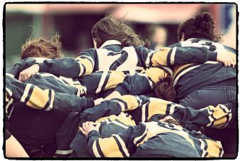 """Der Begriff """"Scrum"""" kommt aus dem Rugbyspiel. Damit ist das """"Gedränge"""" gemeint, bei dem sich das Team auf den nächsten Spielzug vorbereitet."""