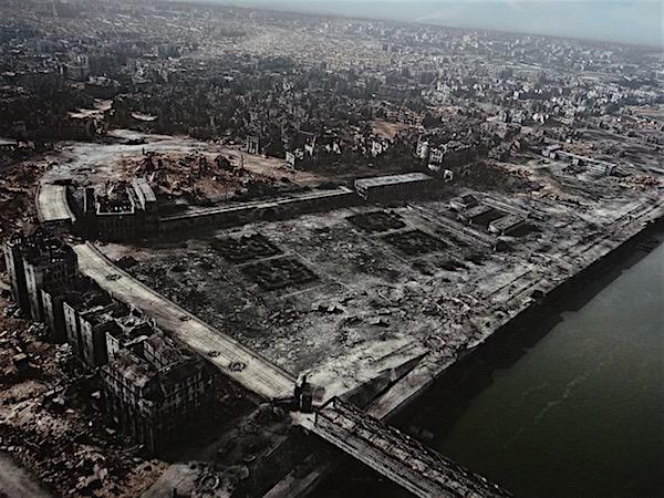 A cidade virou ruína depois dos bombardeios da Segunda Guerra (foto tirada dentro do Museu da Resistência)