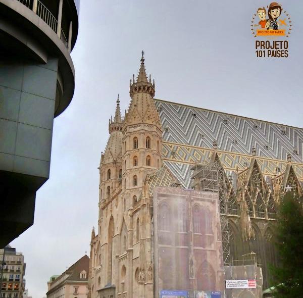 A igreja por fora - detalhe para o telhado