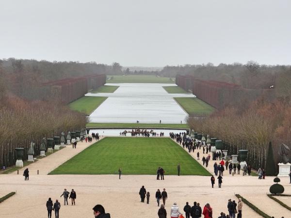"""Vista dos jardins a partir do palácio. Esse local é conhecido como """"O Grande Canal"""""""