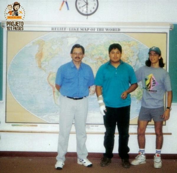 """Com meu professor de História, um colega e o """"Google Earth"""" da época ao fundo (rs)"""
