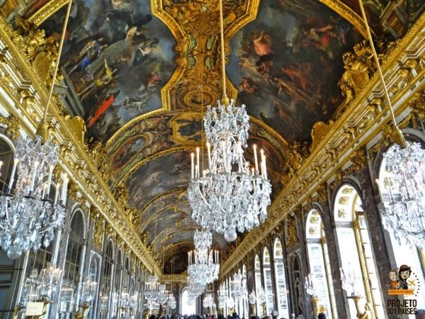 Salão dos espelhos dentro do Palácio de Versalhes