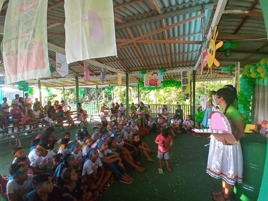 Tia Cris ministrou uma palestra linda sobre saúde bucal para as crianças e adolescentes da comunidade ribeirinha de Santa Luzia. No final, todas receberam um kit de higiene bucal.