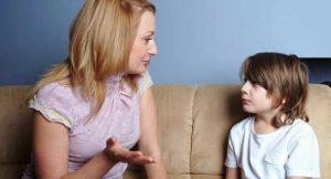 Mãe-conversando-com-seu-filho-sentados-no-sofá