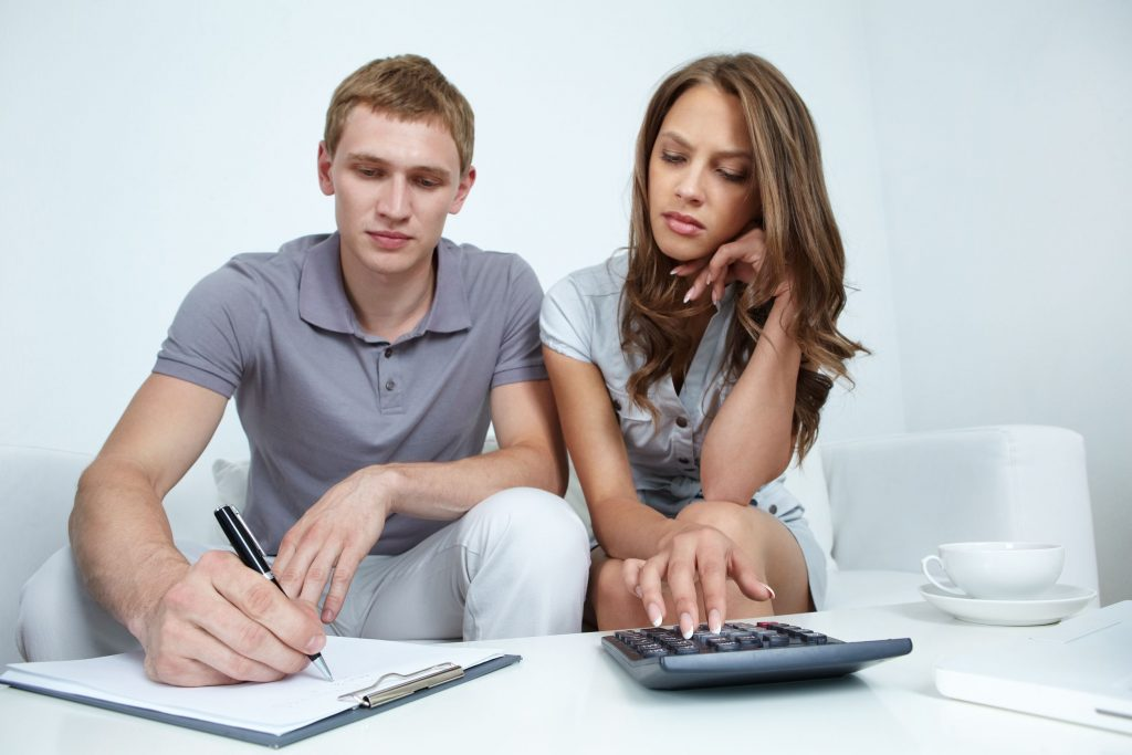 18591034 - young couple planning their budget