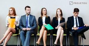 Foto de arquitetos sentados esperando serem chamado para entrevista de emprego
