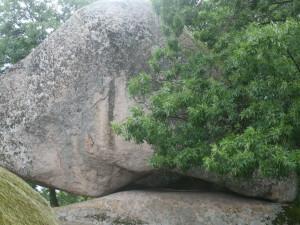 """Kámen zvaný """"Srdce"""" pro jistotu označený, který byl záměrně dotesán tak, aby otvorem pod ním prošel sluneční paprsek"""