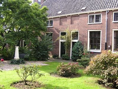 'Stilte in de stad', wandeling langs hofjes, door de Hortus en een high-tea!