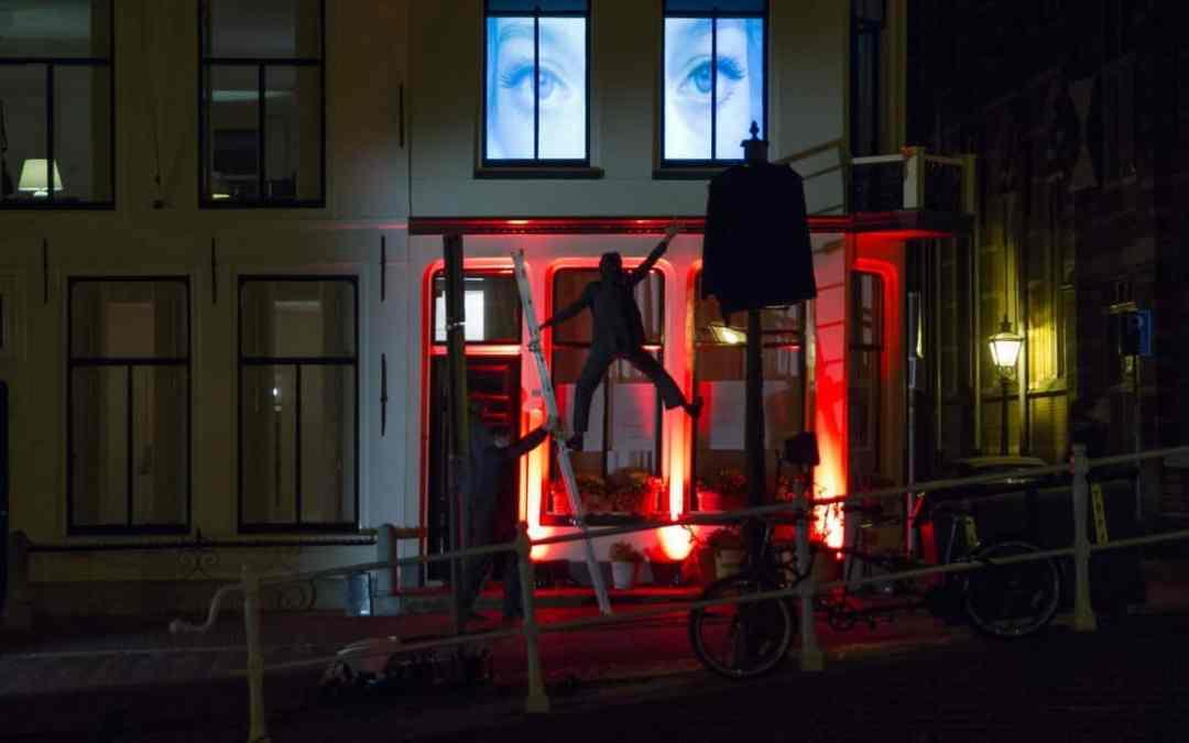 Schemerstad werpt een warme gloed over Leiden