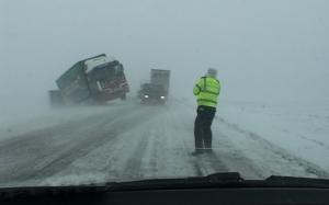 Drumuri închise din cauza viscolului