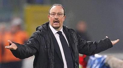 Inter Milan's coach Rafa Benitez gestures during the Italian Serie A soccer match against Lazio at the Olympic stadium in Rome in this December 3, 2010 file photo. Benitez's reign as Inter Milan coach ended in ignominy on December 23, 2010 when he left the European champions after just six months in charge having dared to question club owner Massimo Moratti's authority.  REUTERS/Max Rossi/Files   (ITALY - Tags: SPORT SOCCER)