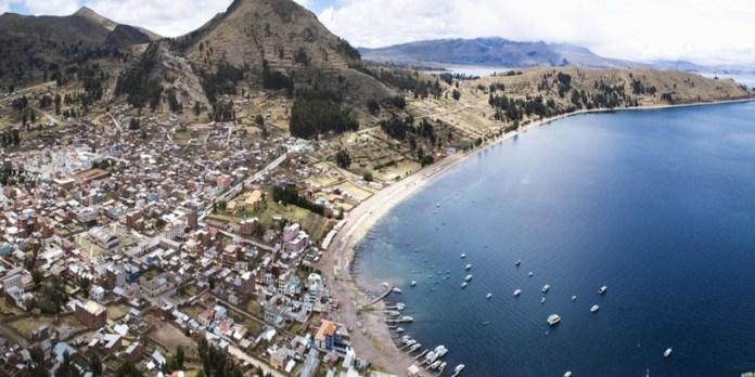 A cidade fica às margens do lago Titicaca e tem um clima descolado. Foto: divulgação