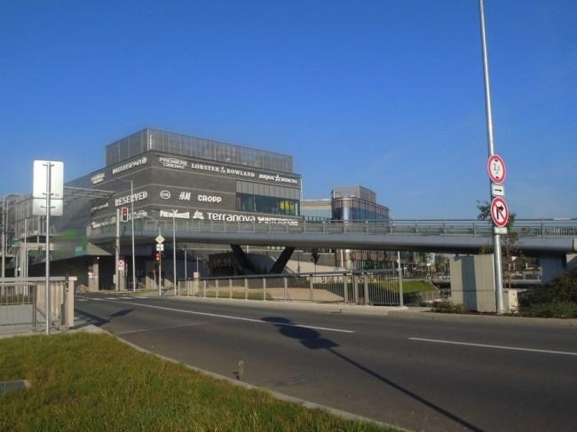 SO 204 - Silniční rampa na střechu budovy přes Mlýnský potok. S tramvajovou tratí nesouvisí. Financoval soukromý investor.