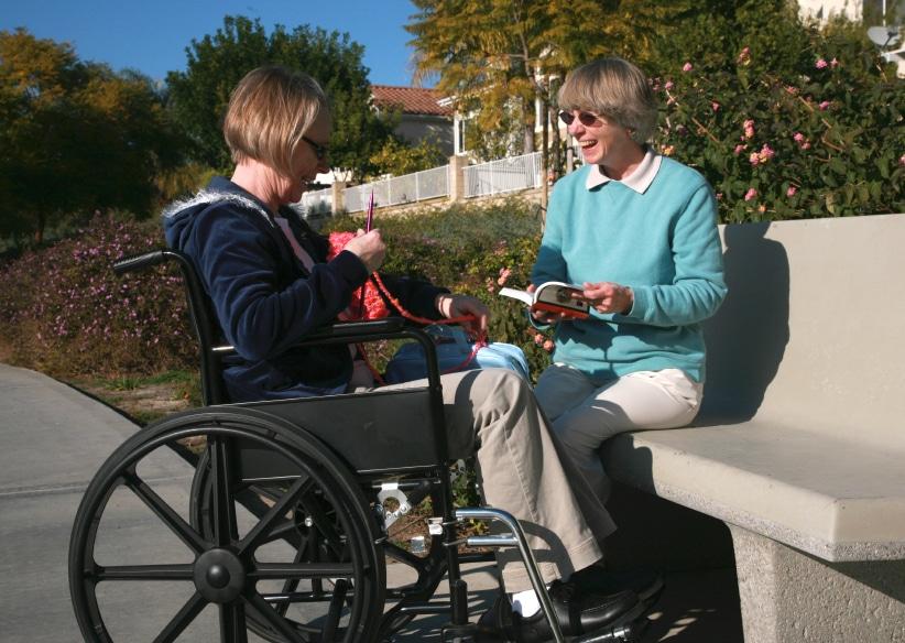 Frau im Rollstuhl lacht