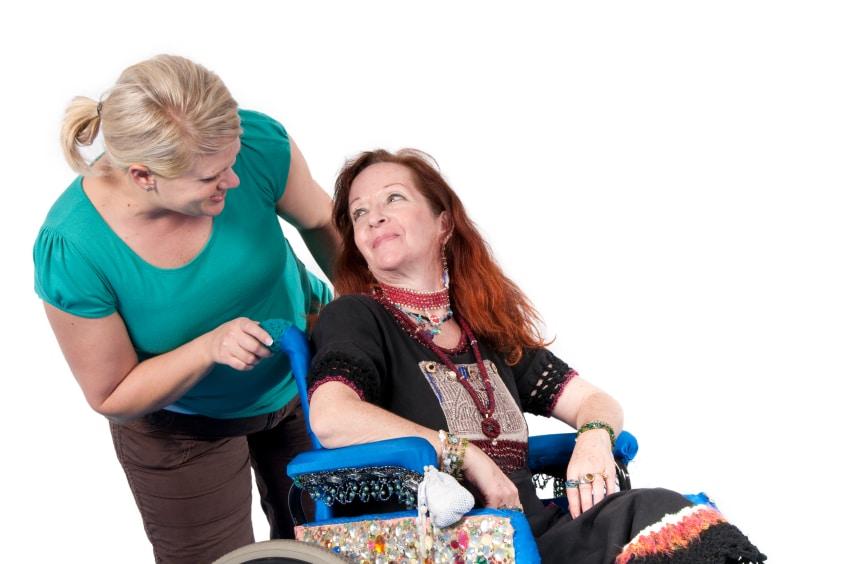 Frau im Rollstuhl schaut Frau an