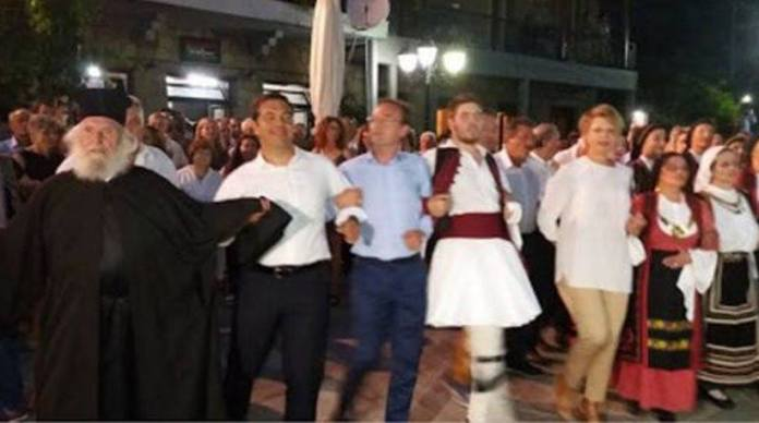Και η ώρα του χορού. Με τον παπά Δημήτρη Τσίπρα, έναν κάτοικο του χωριού, έναν άνδρα με τοπική ενδυμασία και την Ολγα Γεροβασίλη