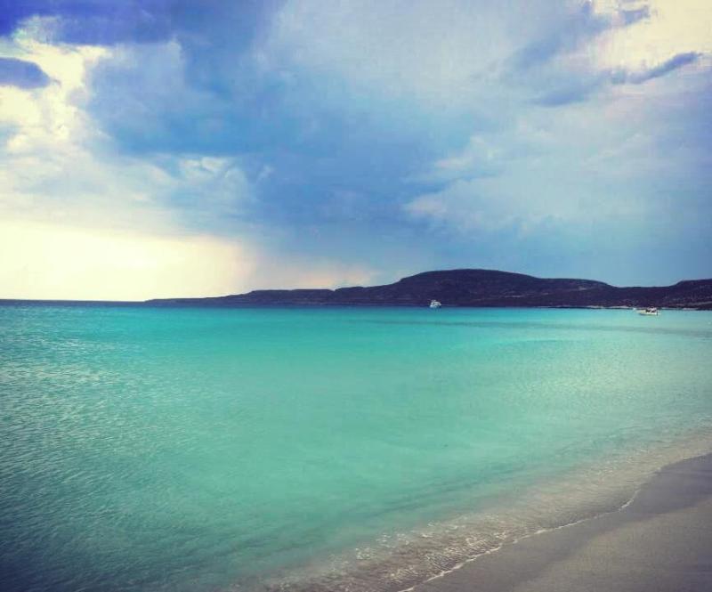 Στην πέμπτη θέση η εξωτική παραλία του Σίμου στην Ελαφόνησο, απέναντι από την Νεάπολη Λακωνίας, ένας δημοφιλής προορισμός για τους λάτρεις του κάμπινγκ