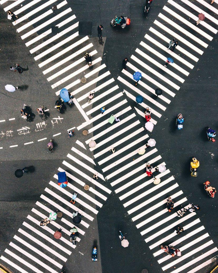 Πολύχρωμες ομπρέλες έρχονται σε αντίθεση με τις γεωμετρικές γραμμές, σε διάβαση στην Σαγκάη