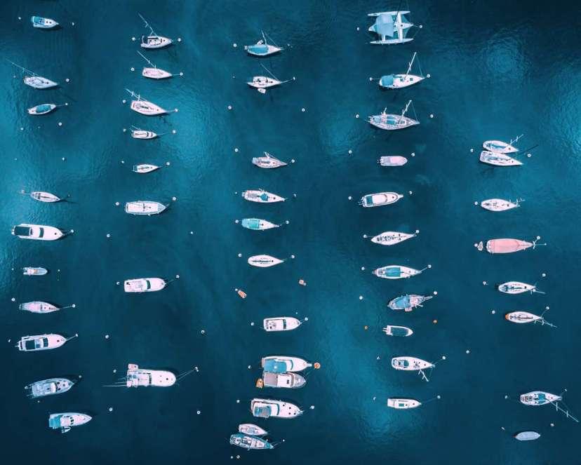 Σκάφη όλων των ειδών ξεχωρίζουν μέσα στο απέραντο γαλάζιο της μαρίνας του Μαϊάμι