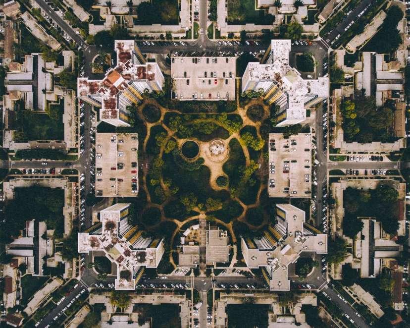 Συγκρότημα κατοικιών στο Λος Αντζελες των ΗΠΑ. Ο φωτογράφος έψαξε στο Google Earth για ενδιαφέρουσες αστικές συνθέσεις και μόλις συνάντησε την συγκεκριμένη τοποθεσία στο δυτικό Χόλιγουντ έσπευσε να την απαθανατίσει