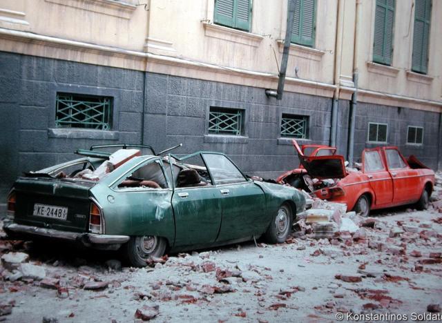 Ζημιές σε κτίρια και αυτοκίνητα. Η εικόνα της επόμενης μέρας