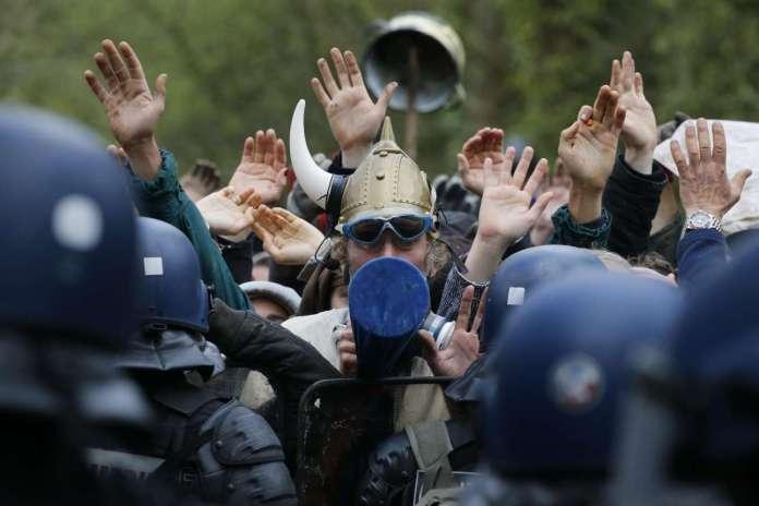 2018-04-15T110119Z_1317693264_UP1EE4F0UM677_RTRMADP_3_FRANCE-POLICE-SQUAT-PROTEST
