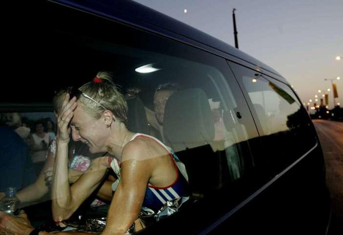 Αθλητισμός σημαίνει όμως και οδυνηρές ήττες: η βρετανίδα μαραθωνοδρόμος Πόλα Ράντκλιφ αποχωρεί με κλάματα από τον αγώνα στους Ολυμπιακούς της Αθήνας χωρίς να τον έχει τελειώσει
