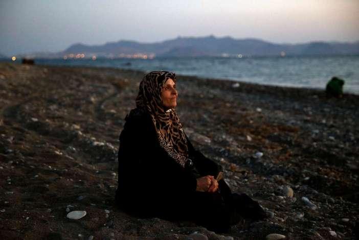 Τυφλή Παλαιστίνια που ζούσε ως πρόσφυγας στο Χαλέπι της Συρίας μόλις έφτασε στη νέα προσφυγιά, σε παραλία στην Κω, στις 12 Αυγούστου 2015